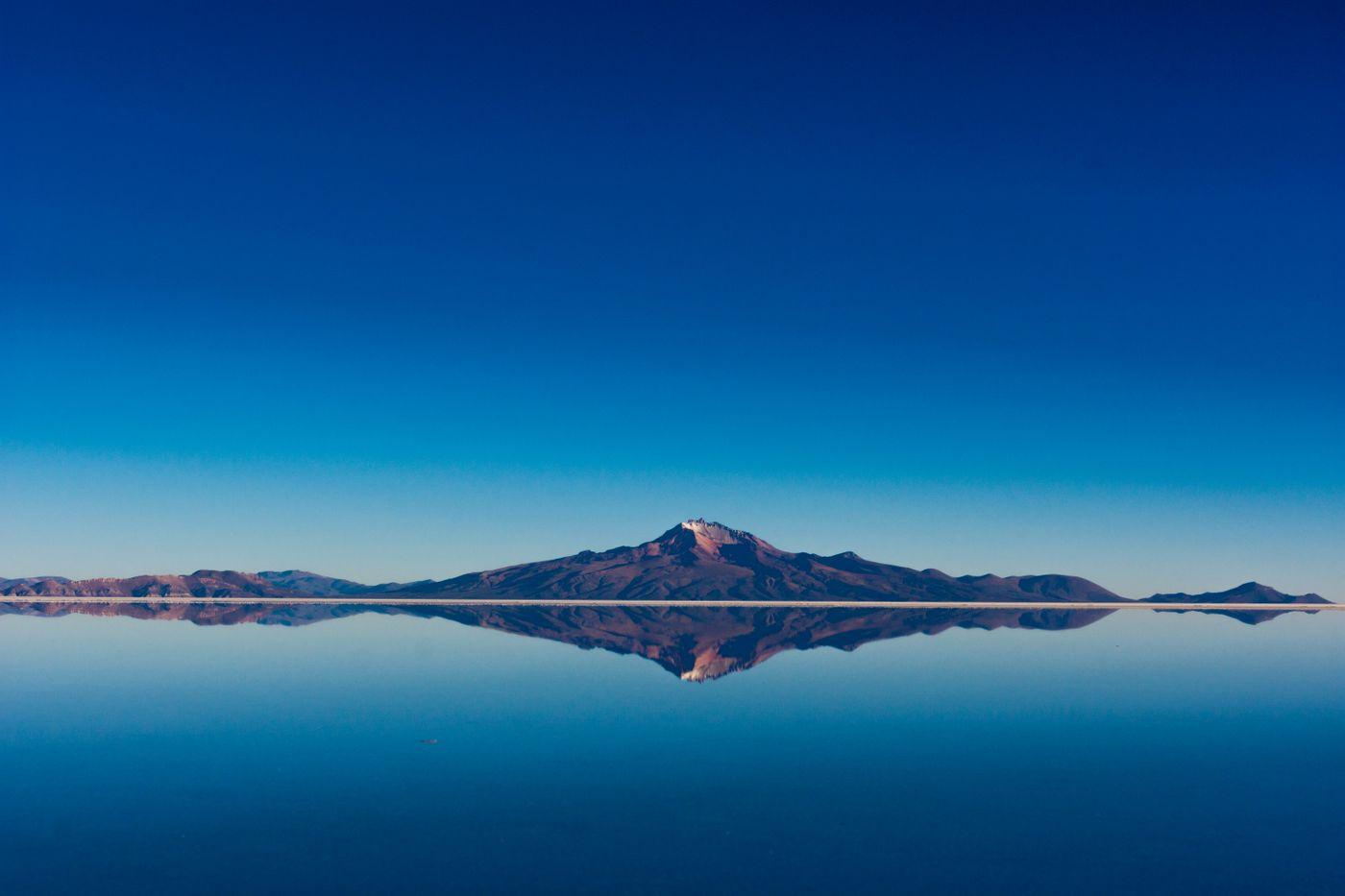 鏡張りの山(ウユニ塩湖)の写真