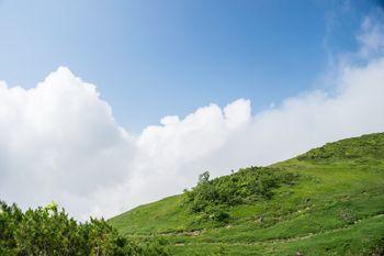 高原から顔を出す雲の写真