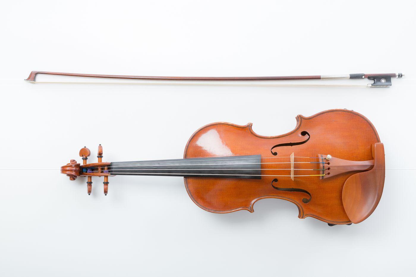 ヴァイオリンと弓の写真