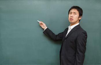 チョークを持つ講師の写真
