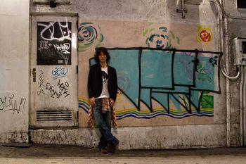 落書きされた壁と若者の写真