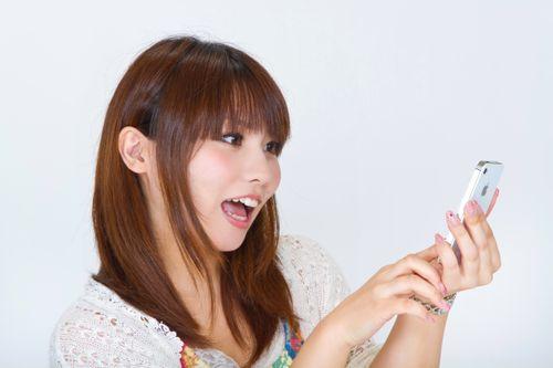 スマートフォンを操作する女性の写真