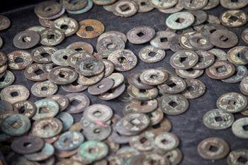 散らばった古銭の写真