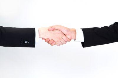 握手をするビジネスマン(手)の写真