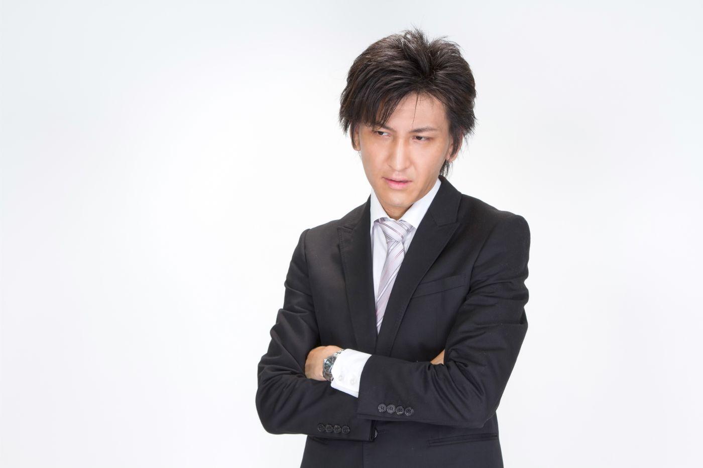 腕を組むビジネスマンの写真
