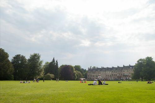 芝生の上でくつろぐ海外の学生(バース)の写真