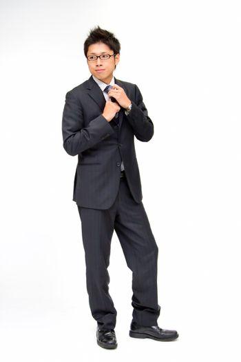 ネクタイを締める新入社員の写真
