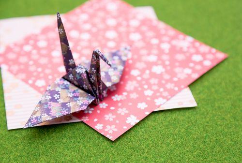 折り紙と鶴の写真