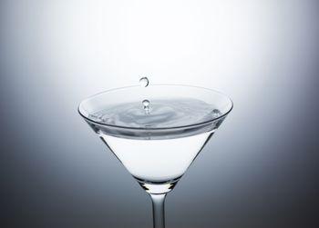 カクテルグラスに水滴ぴちょんの写真