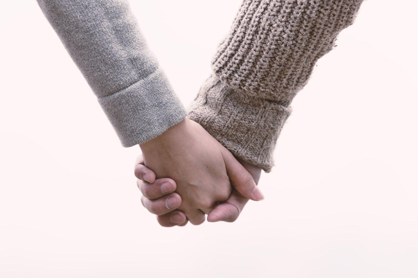 恋人と手をつなぐ(交際間もない)の写真
