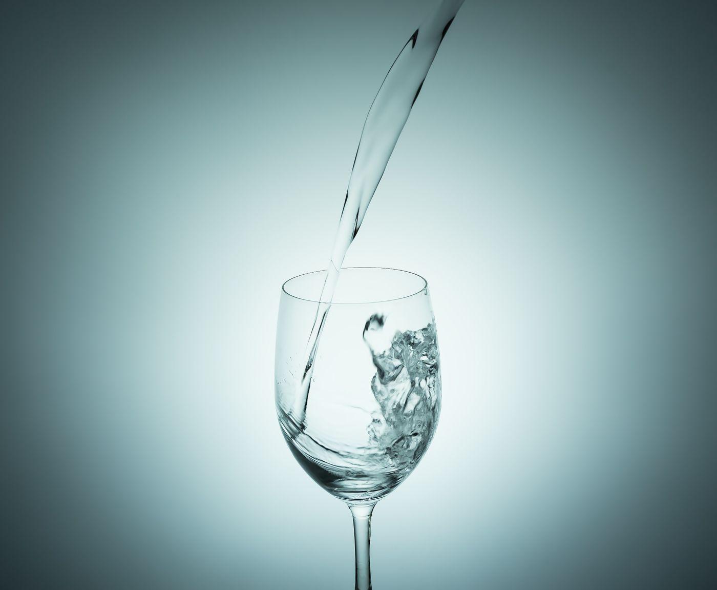 グラスに水を注ぐ瞬間の写真