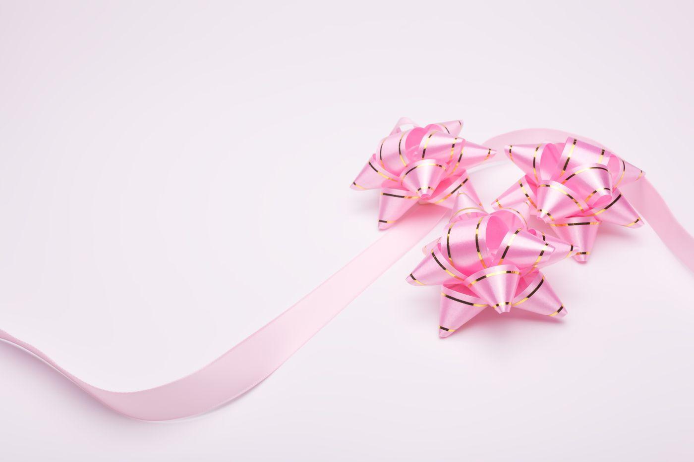 ピンクのプレゼントとリボンの写真
