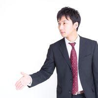 握手を求めるビジネスマンの写真