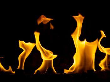 ゆらゆら燃える炎の写真