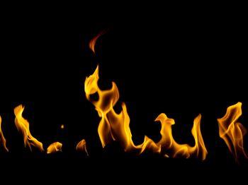 ゆらゆらと燃える炎の写真