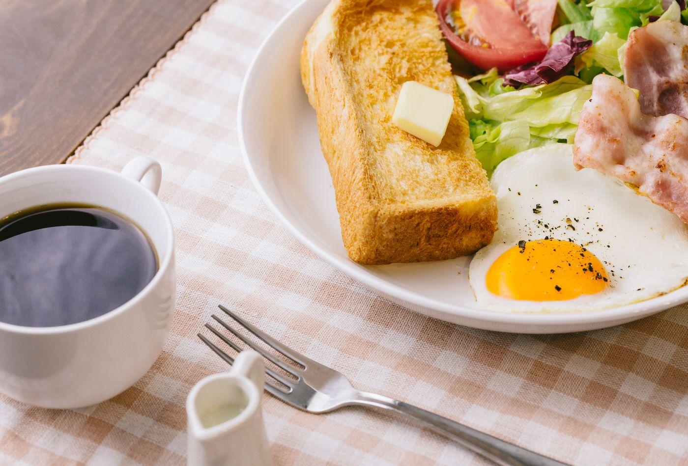 コーヒーとトーストの朝食の写真