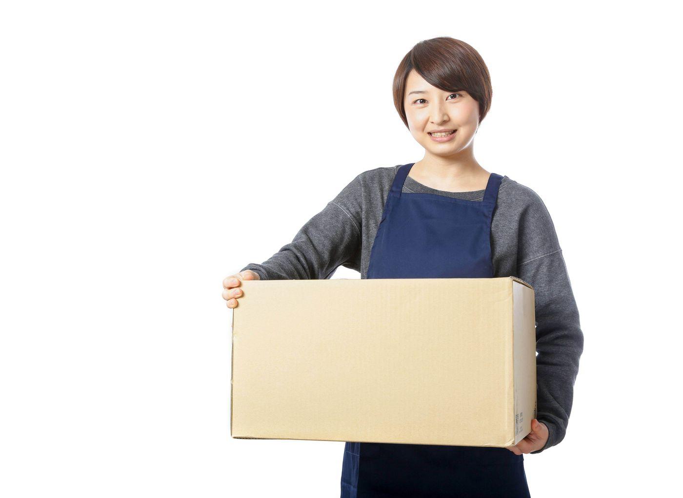受け取りのサインを要求する宅配員の写真