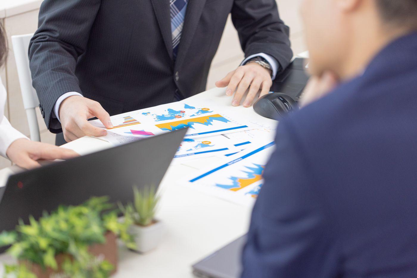印刷された資料を確認するビジネスマンの写真