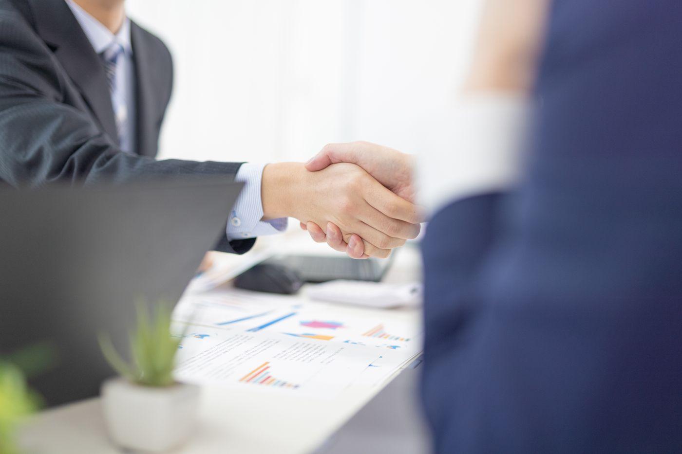 ビジネスシーンでの握手の写真