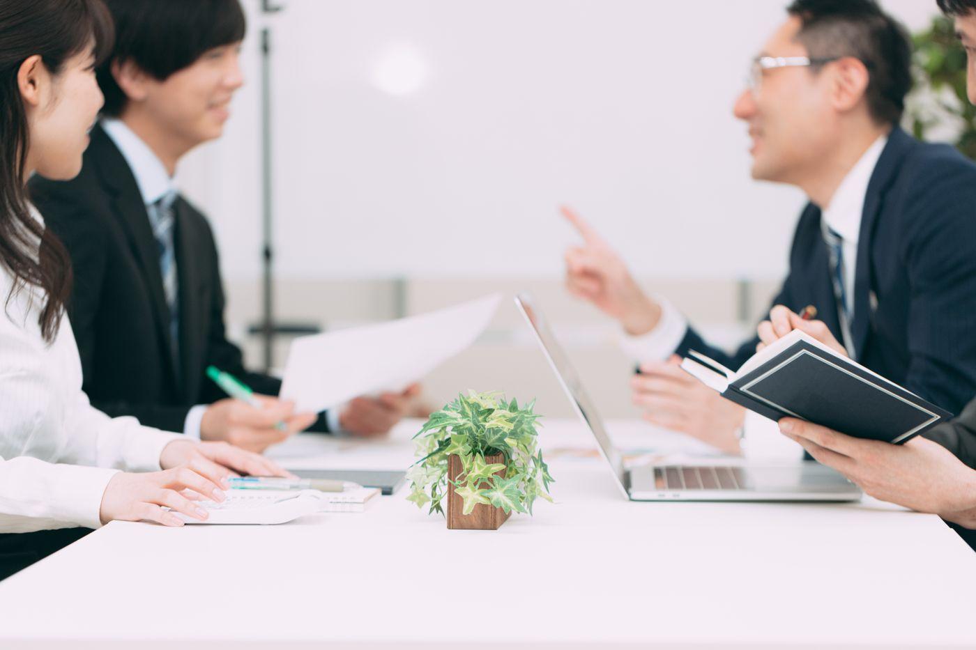 会話が弾む会議の様子の写真