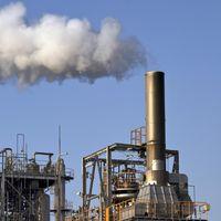 煙をふく工場の写真
