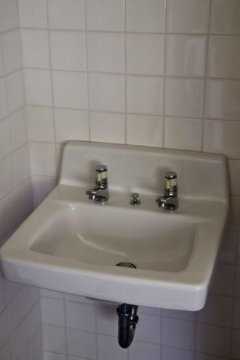 無機質な洗面台の写真