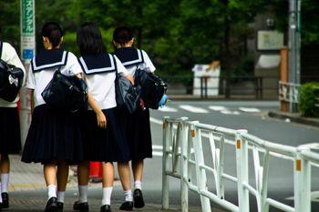 下校中の女子中学生の写真