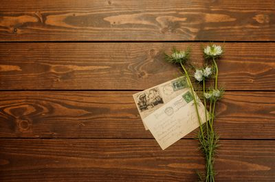 机に置かれた手紙と花の写真