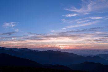 日の出を迎える乗鞍岳の空の写真