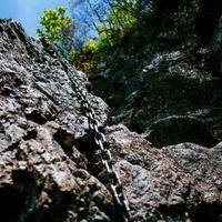 絶壁にかけられた鎖(両神山)の写真