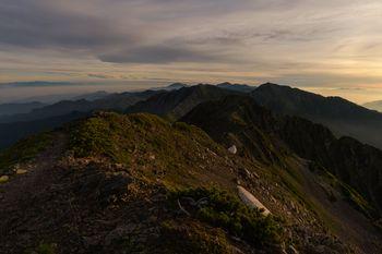 朝日に照らされる南アルプス南部の稜線の写真