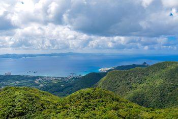 嘉津宇岳からみる名護の青い海(沖縄県)の写真