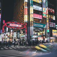 夜の歌舞伎町一番街(正面)の写真