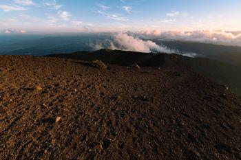 夕日で赤く染まる岩手山山頂のおはちの写真