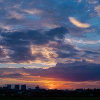 梅雨時の空と夕日の写真