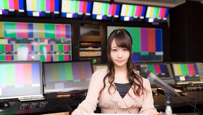 放送終了後にニュースを放送する女性アナの写真