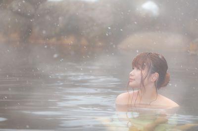 冬にしか楽しめない雪見露天風呂と美女の写真