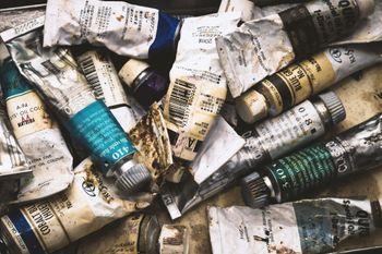 使い込まれた油絵の具の写真