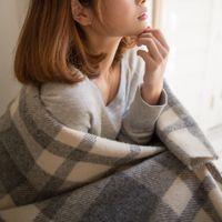 ブランケットを羽織った女性の写真