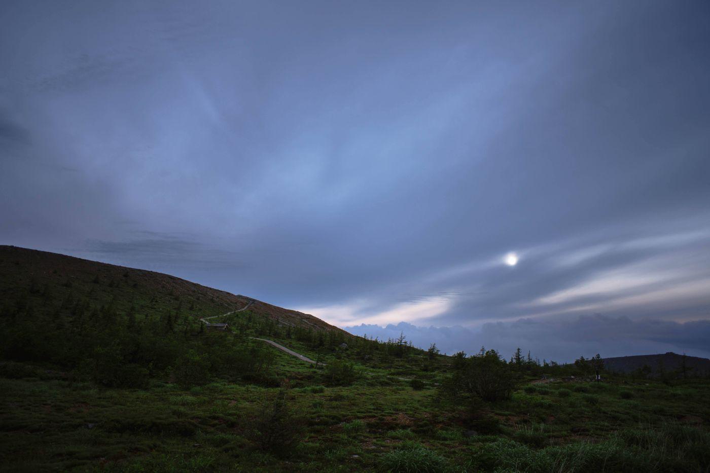 夜明けの草津白根山の写真
