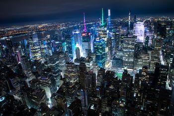 ニューヨークに聳え立つビル群の夜景の写真