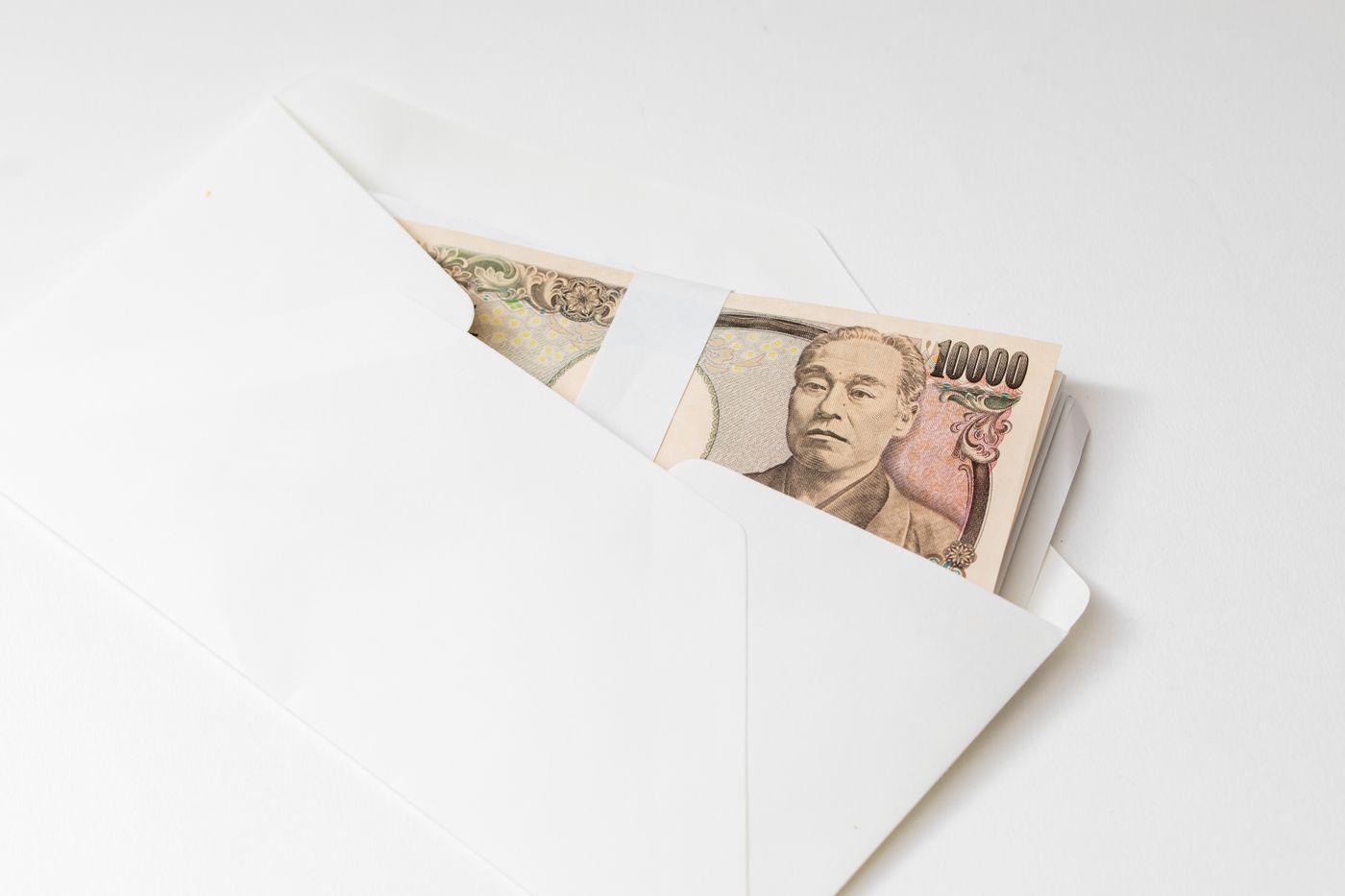 封筒に入った紙幣の写真