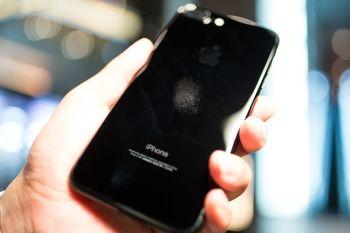 汚れが目立つ光沢のスマートフォンの写真