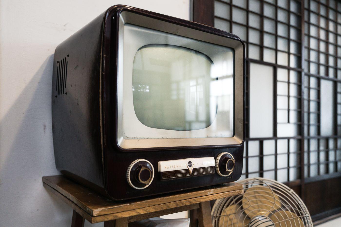 チャンネルをガチャガチャ回す古いテレビの写真