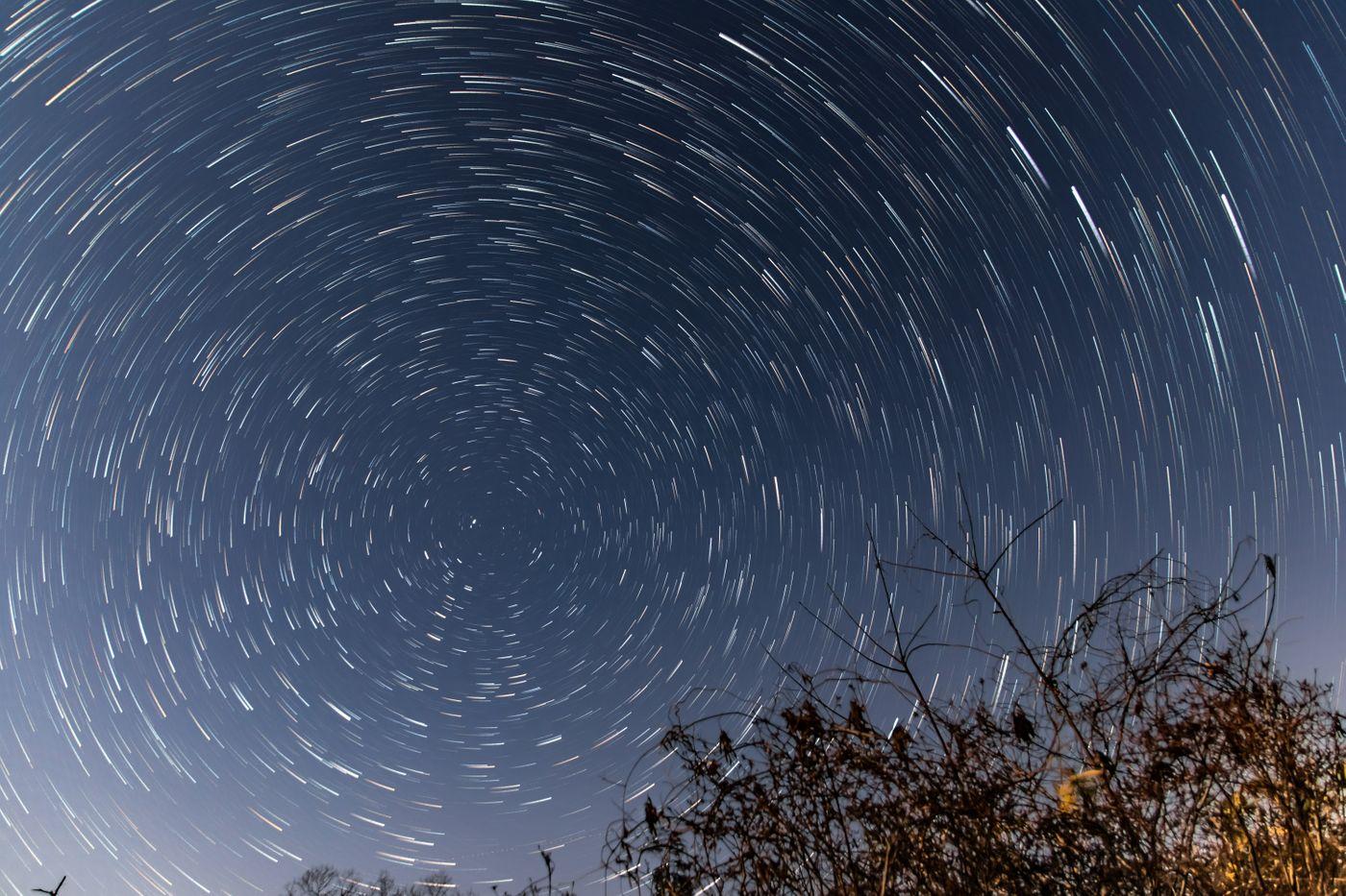 ぐるぐる回る夜空の星の写真