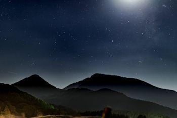 静まる夜の山の写真