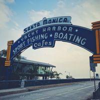 カリフォルニア、サンタモニカのピア入口の看板の写真