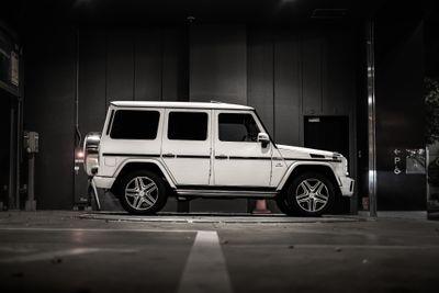 駐車中のオフロード車の写真