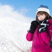 自分の防寒対策の万全さをアピールする雪山ガールの写真