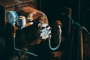 サビて朽ちた圧力計の写真